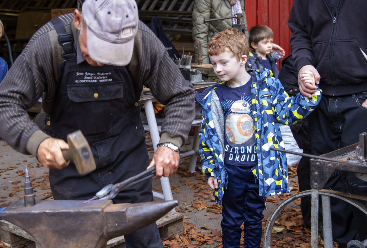 Tørv, jern, uld og leg på Klosterlund Museum i sommerferien
